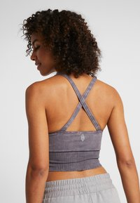 Free People - FP MOVEMENT GOOD KARMA CROP - Light support sports bra - graphite - 2