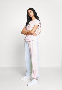 Nike Sportswear - Print T-shirt - pink foam - 1