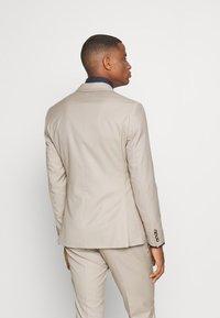 Isaac Dewhirst - THE FASHION SUIT PEAK - Suit - beige - 3