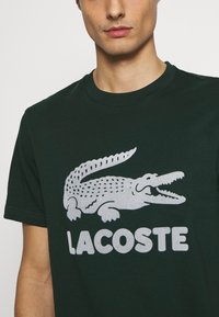 Lacoste - T-shirt med print - sinople - 5