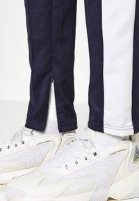 Night Addict - KING - Pantaloni sportivi - dark navy/white - 4