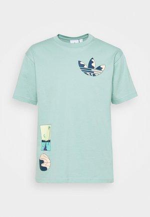SURREAL SUMMER - Print T-shirt - hazy green