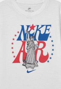 Nike Sportswear - AIR LIBERTY UNISEX - Triko spotiskem - white - 2