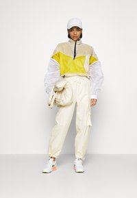 Nike Sportswear - Cargobroek - coconut milk/pale vanilla - 4