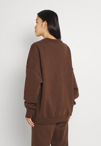 Nicki Studios - EXCLUSIVELOGOCREWNECK - Sweater - deliciosobrown - 2