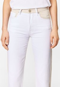 Bimba Y Lola - TWO-TONE - Jeans Straight Leg - white - 4
