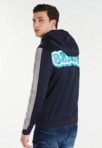 Guess - MIT LOGO HINTEN - veste en sweat zippée - blau - 2