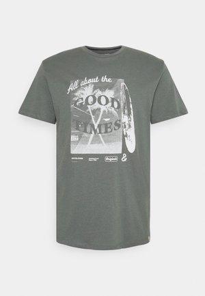 JORGOODTIMES TEE CREW NECK - Print T-shirt - sedona sage