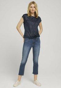TOM TAILOR - MIT KNOTENDETAIL - T-shirt print - blue paisley design - 1