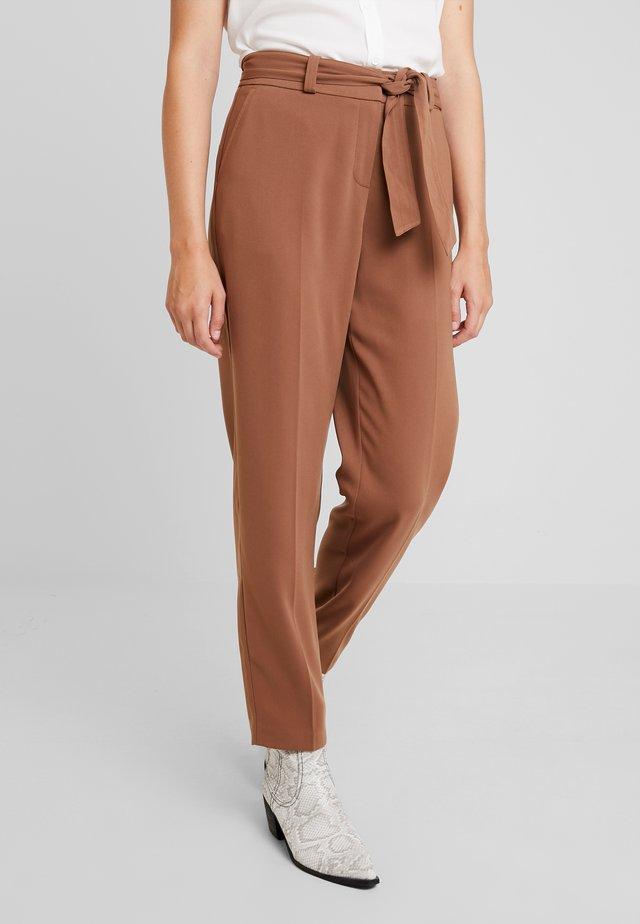 TIE WAIST UPDATE - Chino kalhoty - light brown
