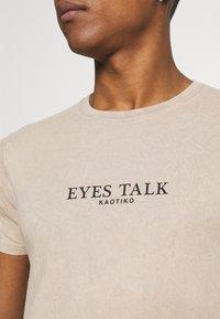 Kaotiko - EYES TALK UNISEX - Print T-shirt - stone - 4