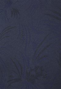 TOM TAILOR DENIM - ALLOVER PRINTED - Print T-shirt - navy blue - 6