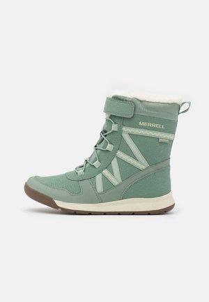 M-SNOW CRUSH 2.0 WTRPF UNISEX - Zimní obuv - laurel