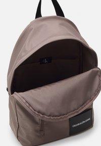 Calvin Klein Jeans - ROUND FRONT ZIP UNISEX - Rucksack - dusty brown - 3