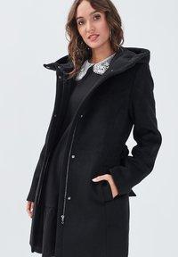Cache Cache - MIT GÜRTEL - Short coat - noir - 3