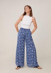 Mango - MIT BLUMENMUSTER - Pantalon classique - blau - 1