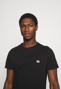 Tommy Hilfiger - MODERN ESSENTIALS PANELED TEE - T-shirt - bas - black - 3
