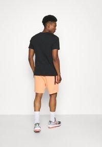 Nike Sportswear - WASH - Shorts - orange frost/black - 2