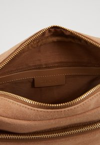 Zign - LEATHER - Across body bag - tan - 3