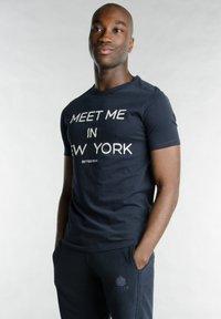Better Rich - Print T-shirt - 3938 rugby blue - 2