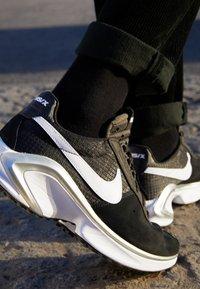Nike Sportswear - D/MS/X WAFFLE - Trainers - black/white/metallic silver - 2