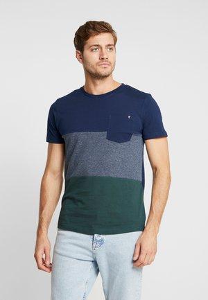 COLOURBLOCK - T-shirt z nadrukiem - dark gable green