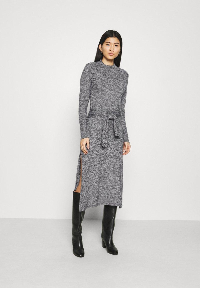 Who What Wear - TIE WAIST DRESS - Pletené šaty - black marl