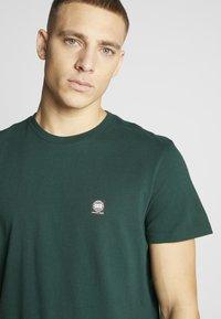 American Eagle - TEE CORE BRAND - Print T-shirt - green - 4