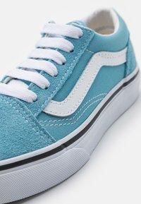 Vans - OLD SKOOL UNISEX - Trainers - delphinium blue/true white - 5