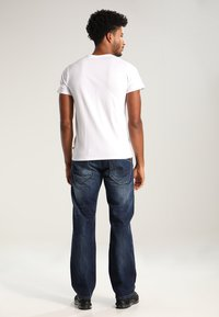 Levi's® - GRAPHIC SET-IN NECK - T-shirt z nadrukiem - graphic white - 2