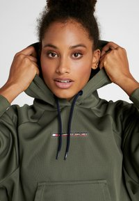Tommy Hilfiger - HOODY CROPPED WITH TAPE - Huppari - green - 3