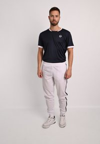 sergio tacchini - YOUNG LINE - Tracksuit bottoms - wht/nav - 1