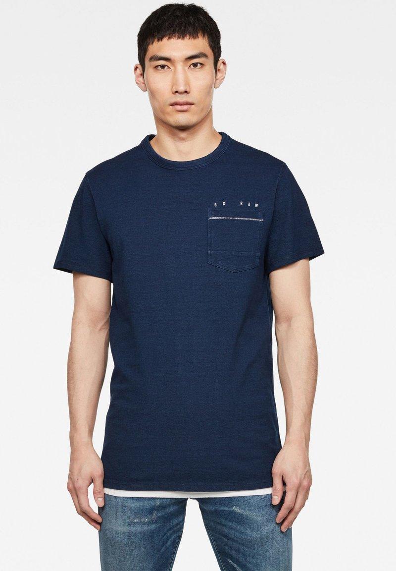 G-Star - INDIGO RAW EMBRO GR POCKET ROUND SHORT SLEEVE - T-shirt print - worn in indigo
