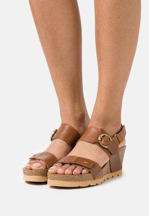 PULL UP - Sandály na platformě - camel