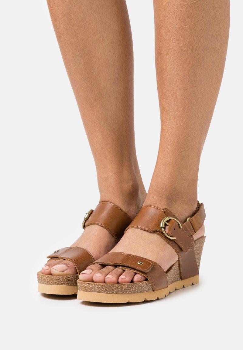 Panama Jack - PULL UP - Sandály na platformě - camel