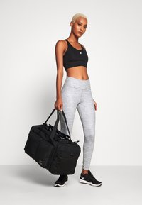 Nike Performance - UTILITY POWER DUFF - Sportovní taška - black/enigma stone - 1
