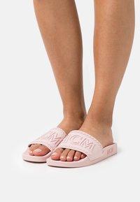 MCM - WOMENS BIG LOGO RUBBER SLIDES - Pool slides - powder pink - 0