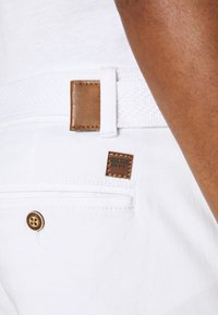 INDICODE JEANS - KAISER CHINO EXCLUSIV - Shorts - offwhite - 4