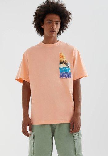 MIT FARBLICH ABGESETZTEM SLOGAN - Print T-shirt - orange