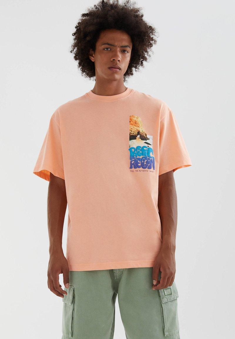 PULL&BEAR - MIT FARBLICH ABGESETZTEM SLOGAN - Print T-shirt - orange