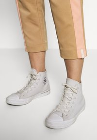 Scotch & Soda - CLUB NOMADE TAPERED PANTS IN TECHNICAL QUALITY - Teplákové kalhoty - combo - 3