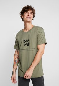 Jack & Jones - JCOSOLID TEE CREW NECK - T-shirt med print - winter moss - 0