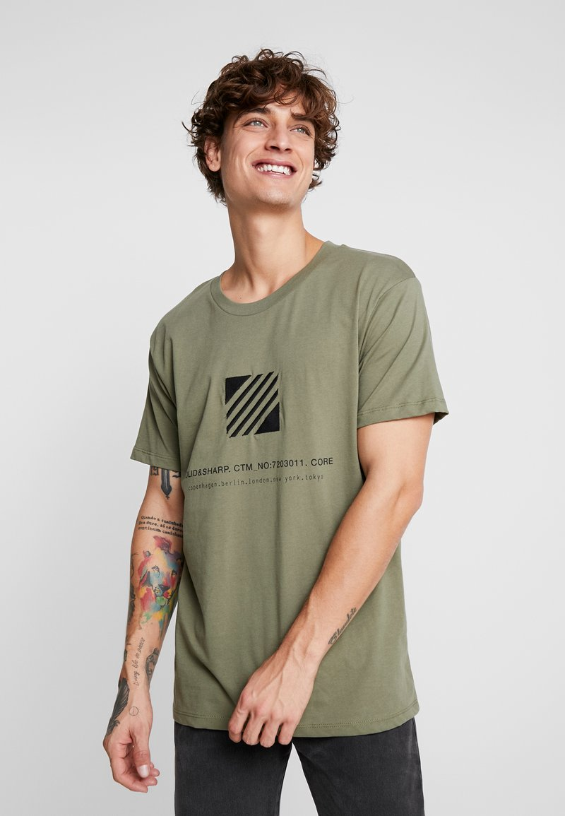 Jack & Jones - JCOSOLID TEE CREW NECK - T-shirt med print - winter moss