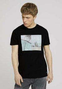 TOM TAILOR DENIM - MIT FOTOPRINT - Print T-shirt - black - 0