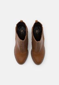 Miss Selfridge - BARE CASUAL HEELED CHELSEA - Kotníková obuv na vysokém podpatku - tan - 5
