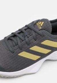 adidas Performance - COURT CONTROL  - Allcourt tennissko - grey six/gold metallic/footwear white - 5