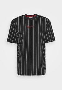 Karl Kani - SMALL SIGNATURE PINSTRIPE TEE UNISEX - T-shirt med print - black/white - 4