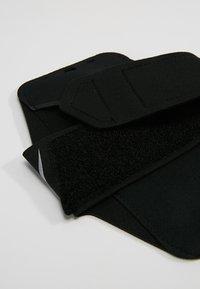 Nike Performance - LEAN ARM BAND PLUS - Jiné doplňky - black/black/silver - 6