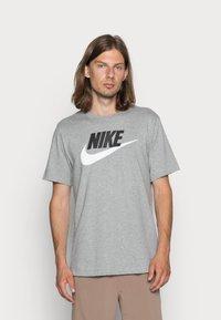 Nike Sportswear - TEE ICON FUTURA - Camiseta estampada - dark grey heather/black/white - 0