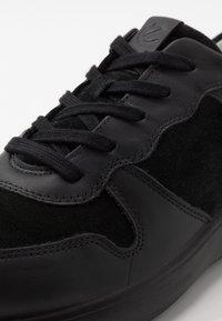 ECCO - SOFT RUNNER - Sneakersy niskie - black - 5